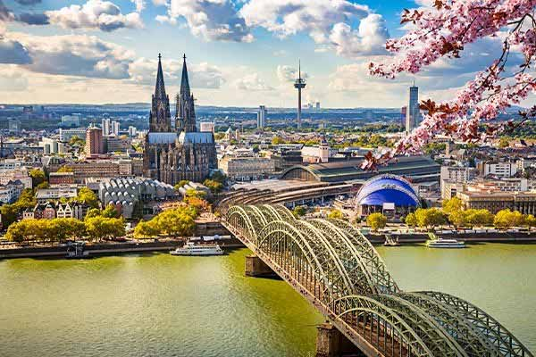 Walk-on-the-Rhine-River-in-Cologne